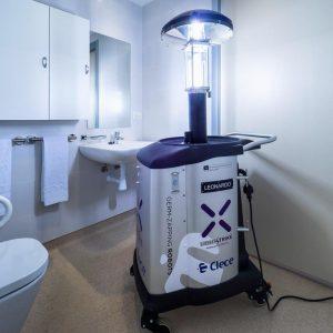 Robot desinfección Xenex Covid 19 en baño